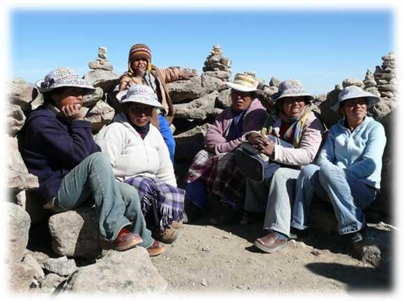 Tutti indossano i loro abiti tradizionali e un sorriso. I cappelli  tradizionali ... 6f0b1993f912
